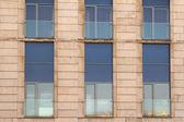 Przedniej ściany w nowoczesnym budynku z oknami — Zdjęcie stockowe