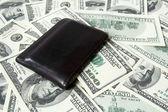 Skórzany portfel i sto dolar rachunki — Zdjęcie stockowe