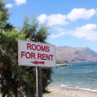 Rooms for rent sign on beautiful beach — Stock Photo