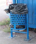Een blauwe prullenbak — Stockfoto