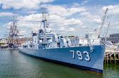 Uss cassin mladá válečná loď v bostonském přístavu — Stock fotografie