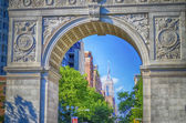 Washington Square Arch and the Empire State Building in the dist — Stock Photo