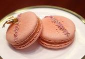 Słodka o smaku francuskie macarons, macaron o smaku truskawkowym — Zdjęcie stockowe