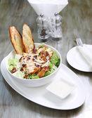 Sałatka cezar z kurczakiem z grzankami i serem — Zdjęcie stockowe