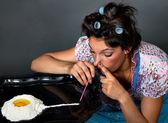 Mulher cheirando cocaína — Fotografia Stock