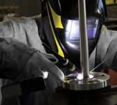 Worker welding a flanged well — Stock Photo