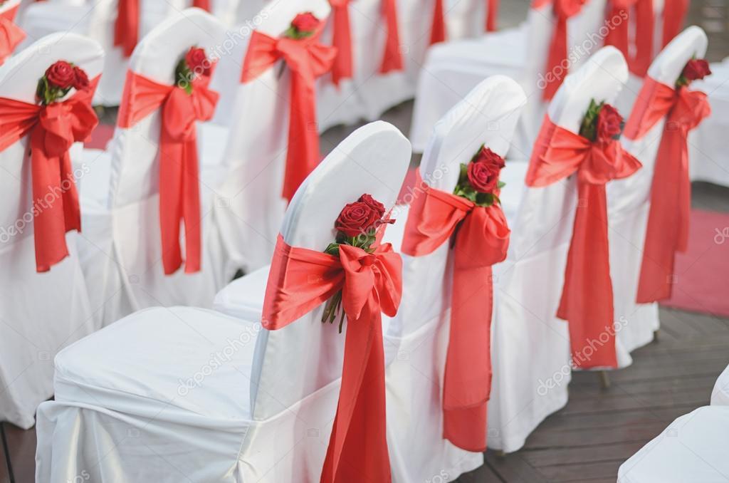Sillas de boda decorada con rosas rojas fotos de stock for Sillas para matrimonio