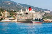 YALTA, UKRAINE - OCTOBER 7. Cunard liner Queen Elizabeth arrived in the seaport city of Yalta on October 7, 2012 in Yalta, Ukraine. — Stock Photo
