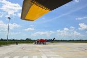 Passagerare går ombord helikopter — Stockfoto