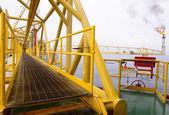A ponte de caminho de plataforma de petróleo offshore — Foto Stock