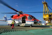 El oficial de aterrizaje de helicóptero va a helicóptero en plataforma petrolera — Foto de Stock