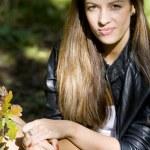 mulher no parque outono — Foto Stock