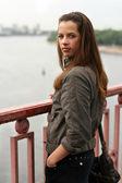 在这样的桥上的女人 — 图库照片