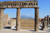 The columns of the agora, and Vesuvius in the background — Stock Photo