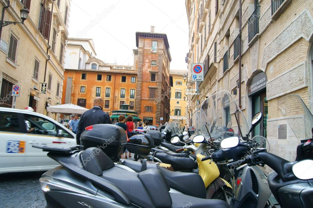 The most popular way to travel to Rome is not a bicycle, a scooter — Stock Photo #12070528