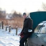 冬に壊れた車を持つ男 — ストック写真 #11989090