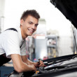 Car mechanic fixing auto — Stock Photo