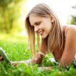 jovem mulher usando tablet ao ar livre — Foto Stock