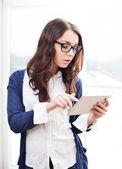 Mulher bonita usando seu tablet digital — Foto Stock