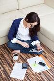 Onun dijital tablet ile evden çalışan genç kadın — Stockfoto