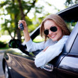 Young woman shows the keys to her new car - Foto Stock
