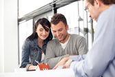 Jovem casal compra casa nova — Foto Stock
