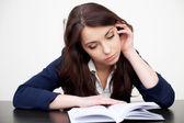 Livro de leitura do aluno cansado — Foto Stock