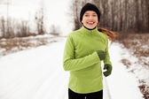 Woman running in winter — Stockfoto