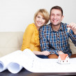 Couple with keys to new home — Stockfoto