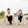 Young couple prepare to start running — Stock Photo