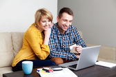 Mladý pár, online nakupování — Stock fotografie