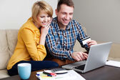 Young couple online shopping — ストック写真