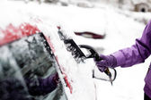 Removing snow from windshield — Stock Photo