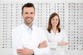Twee gelukkige opticiens optometristen — Stockfoto