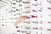 Kobieta optyk sugerują, okulary — Zdjęcie stockowe