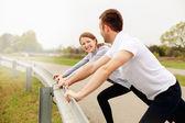 Paar stretching vor dem ausführen — Stockfoto