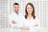 Team van gelukkig opticiens optometristen — Stockfoto
