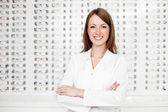 Gelukkig vrouwelijke optometrist, opticien — Stockfoto