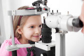 Optometrist performing visual field test — Foto Stock