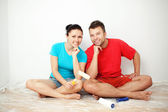 Couple choosing paint color — Stock Photo