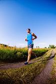 Jovem correndo ao ar livre — Fotografia Stock