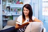 本を読んで幸せな女 — ストック写真