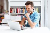 Příležitostné muž pracující na laptop — Stock fotografie