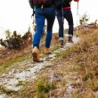 Couple hiking in mountains — 图库照片