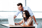 Businessman explains ideas to partner — Stock Photo