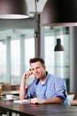 Uomo godendo la tazza di caffè e di pensiero — Foto Stock