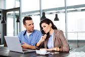 Couple debating in front of laptop — Stock Photo