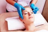 Woman having her eyebrows regulated — Foto Stock