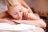 Mujer volviendo masaje — Foto de Stock