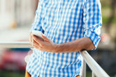 Man texting op mobiele telefoon — Stockfoto